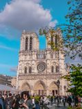 Turyści przed notre dame de paris średniowieczną gothic katedrą w w centrum Paryż z iglicą przed ogieniem obraz royalty free