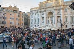 Turyści przed Trevi ` s fontanną Zdjęcie Stock