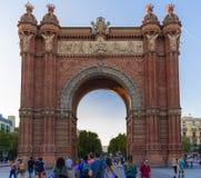 Turyści przy łukiem triumfalnym Barcelona obraz royalty free