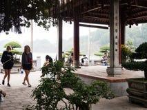 Turyści przy świątynią chabet góra, Hanoi Obrazy Royalty Free