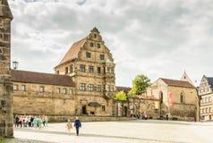 Turyści przy Alte Hofhaltung w Bamberg zdjęcia stock