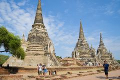 Turyści przy antycznymi stupas Buddyjska świątynia Wat Phra Si Sanphet ayutthaya Thailand Obraz Royalty Free