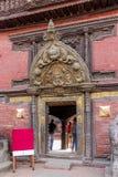 Turyści przy drzwi Patan muzeum, Patan Durbar kwadrat, Kathmandu, Nepal zdjęcia royalty free