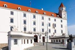 Turyści przy Honorowym podwórzowym Bratislava kasztelem fotografia stock