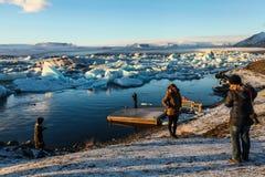 Turyści przy Jokulsarlon laguną, Iceland Zdjęcie Royalty Free