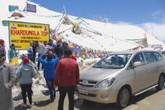 Turyści przy Khardung losu angeles przepustką Zdjęcia Royalty Free