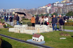 Turyści przy Miniaturk parkiem w Istanbuł Zdjęcia Royalty Free