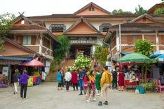 Turyści przy muzealnym «domem opia w chmurnym ranku Chiang Saen zdjęcia royalty free