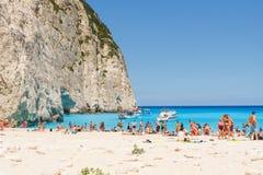 Turyści przy Navagio plażą w Zakynthos, Grecja Obrazy Stock