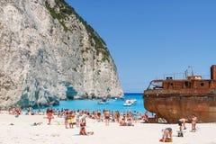 Turyści przy Navagio plażą w Zakynthos, Grecja Fotografia Stock