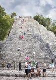 Turyści przy ostrosłupem Nohoch Mul Majskie Coba ruiny, Mexi Fotografia Stock