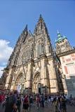 Turyści przy Praga St Vitus katedrą Obraz Stock
