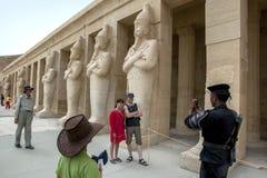 Turyści przy Przedpogrzebową świątynią Hatshepsut przy Deir al blisko Luxor w środkowym Egipt Obrazy Royalty Free