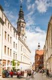 Turyści przy starym urzędem miasta Görlitz obrazy royalty free