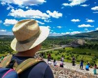 Turyści przy Teotihuacan, Meksyk Punkt widzenia od wierzchołka ostrosłup słońce obrazy stock