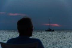 Turyści przy zmierzchem z zakotwiczać żagiel łodziami Zdjęcia Stock