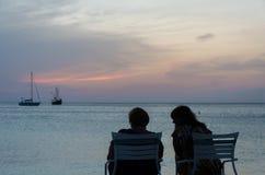 Turyści przy zmierzchem z zakotwiczać żagiel łodziami Zdjęcia Royalty Free