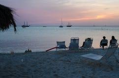 Turyści przy zmierzchem z zakotwiczać żagiel łodziami Zdjęcie Royalty Free