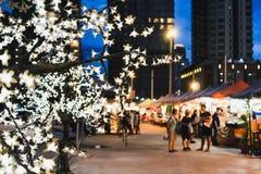 Turyści przychodzący out w wieczór Cieszy się życie nocne Bangkok fotografia royalty free