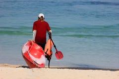 Turyści przygotowywają kajaki i wyposażenie na plaży Fotografia Royalty Free