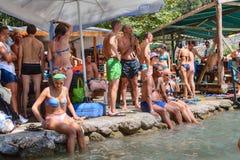 Turyści ratujący od upału pod namiotem blisko góry rive Obraz Royalty Free