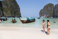 Turyści relaksują na Phi Phi Leh wyspie, Tajlandia Zdjęcie Royalty Free