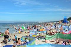 Turyści relaksuje na morze bałtyckie plaży Zdjęcia Stock