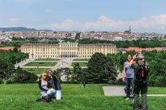 Turyści robią fotografii na tła Schonbrunn pałac, Wiedeń Obraz Stock