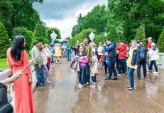 Turyści robią fotografii w Peterhof, znać dla swój fount i pałac Obraz Stock