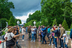 Turyści robią fotografii w Peterhof, znać dla swój fount i pałac Zdjęcie Stock