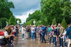 Turyści robią fotografii w Peterhof, znać dla swój fount i pałac Obraz Royalty Free