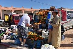 Turyści robi zakupy przy miejscowym wprowadzać na rynek w Maroko Zdjęcie Royalty Free