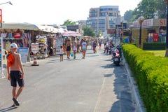Turyści robi zakupy w prezenta sklepie na nabrzeżu w Nesebar Fotografia Stock