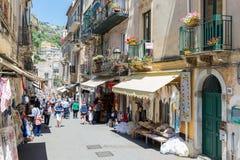 Turyści robi zakupy w Taormina przy wyspą Sicily obraz stock