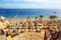 Turyści są na wakacje przy popularnym hotelem Zdjęcie Stock