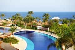 Turyści są na wakacje przy popularnym hotelem Zdjęcia Royalty Free