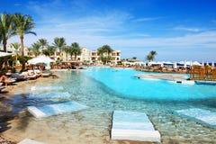 Turyści są na wakacje przy popularnym hotelem Fotografia Stock