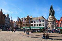 Turyści są odpoczynkowi pod statuą Jan Breydel i Pieter De Coninck na Grote Markt kwadracie Zdjęcie Stock