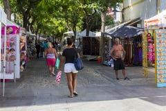 Turyści spacerują brukować ulicy Stary miasteczko w Albuferia obrazy royalty free