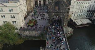 Turyści spacerują wzdłuż Charles mosta w Praga, Panoramiczny widok od above, Vltava rzeka, lot nad Charles zbiory