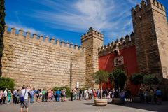 Turyści stać w kolejce dla biletów przy Istnym Alcazar Seville zdjęcie stock