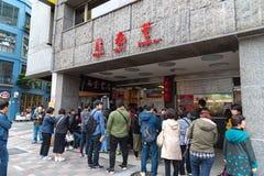 Turyści stać w kolejce na oryginalnej łomotu Tai Fung mainstore restauracji obrazy royalty free