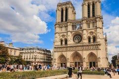 Turyści stać w kolejce wchodzić do Notre Damae katedrę w Paryż, Fra Obraz Stock