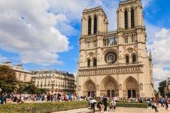 Turyści stać w kolejce wchodzić do Notre Damae katedrę w Paryż, Fra Obraz Royalty Free