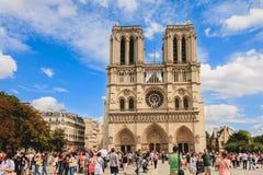 Turyści stać w kolejce wchodzić do Notre Damae katedrę w Paryż, Fra Fotografia Stock