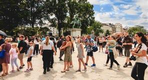 Turyści stać w kolejce wchodzić do Notre Damae katedrę w Paryż, Fra Fotografia Royalty Free