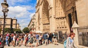 Turyści stać w kolejce wchodzić do Notre Damae katedrę w Paryż, Fra Zdjęcie Royalty Free