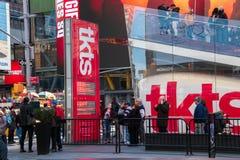 Turyści stoi bezczynnie TKTS rabata teatru bileta kasę teatralną podpisują wewnątrz times square Manhattan Miasto Nowy Jork zdjęcia royalty free