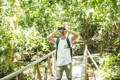 Turyści Szuka coś wzdłuż lasu obsługują z lornetkami fotografia stock