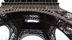 Turyści tłoczący się przy wieżą eifla zdjęcie wideo
